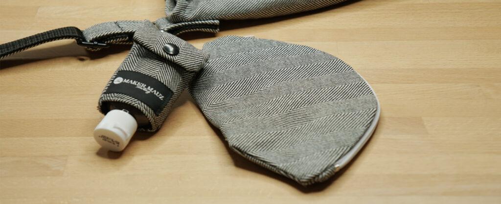 FFP2 Masken Tasche und Desinfektionsmittel Täschen an die Messenger Bag geklipst.
